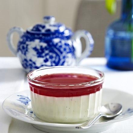 Vanilla yoghurt panna cotta with pomegranate sauce
