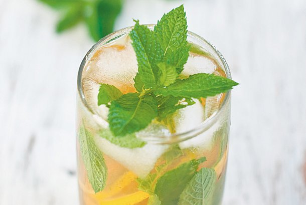 Iced tea shower with mint