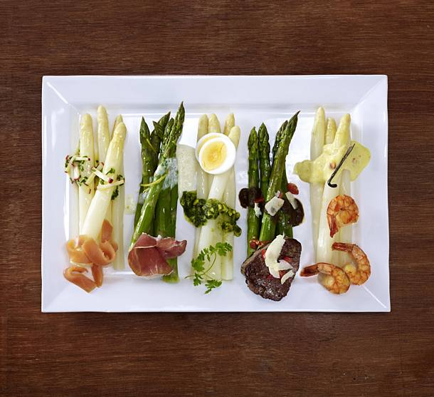 White asparagus with hollandaise and prawns