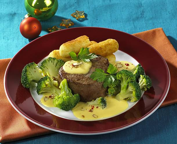 Steak with hollandaise and broccoli