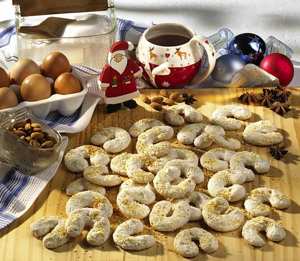 Anise and meringue croissants with almonds