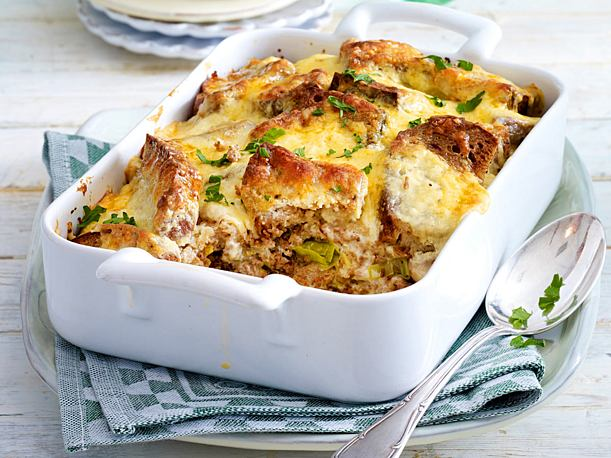 Toasted bread casserole with mince and leek