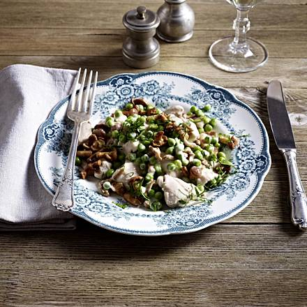 Poulard fricassee with peas and chanterelles