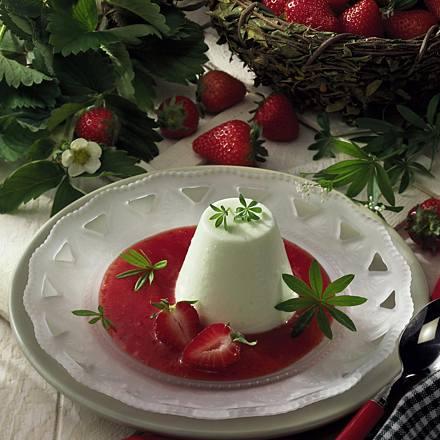 Woodruff flan with strawberry sauce