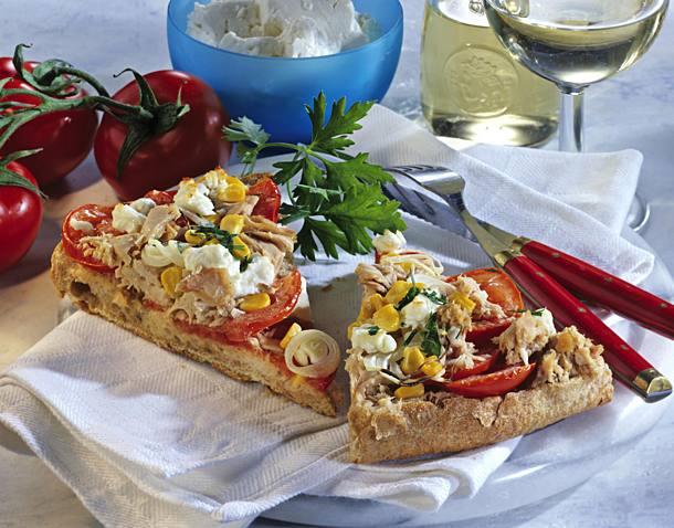 Flatbread pizza with tuna