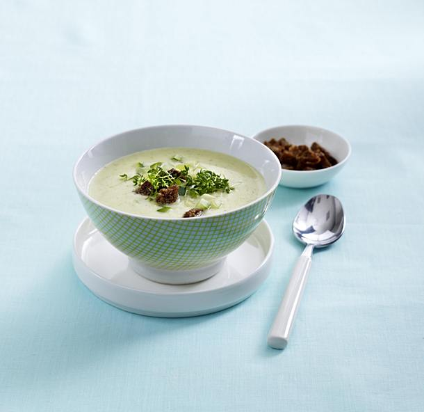 Kohlrabi and zucchini soup with whole grain croutons
