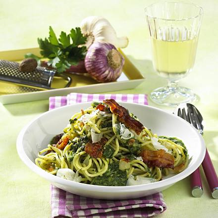 Spaghetti with creamed spinach sauce
