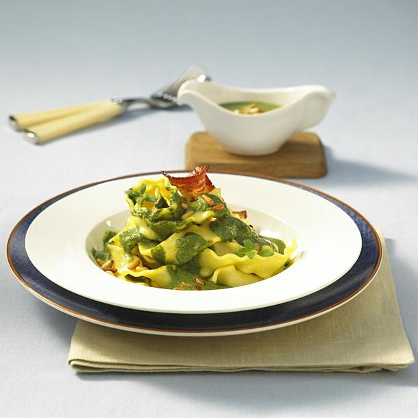 Tagliatelle with spinach and cream sauce