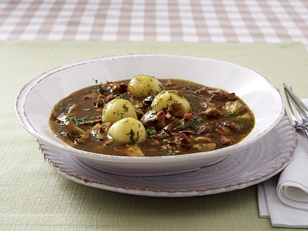 Sweet and sour mushroom goulash with small 'cotton' dumplings